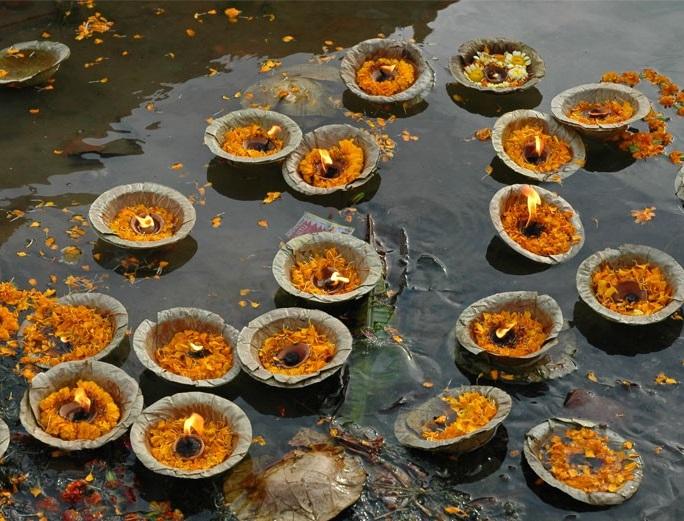 Ceremonia con belas en Ganges Benares